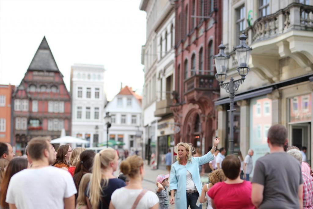 Neu im Programm der Minden Marketing GmbH sind die Familienführungen mit der Marktfrau Martha, die speziell für Kinder konzipiert worden sind und eine spannende Reise in die Vergangenheit der Stadtgeschichte versprechen. Foto: MMG