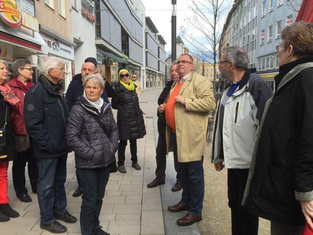 """Hans-Jürgen Amtage (3. v. r.) erläutert den Teilnehmern der Themenführung """"Die Mauer von Minden"""" die Bedeutung der mittelalterlichen Stützmauer. Foto: Christa Weigelt"""