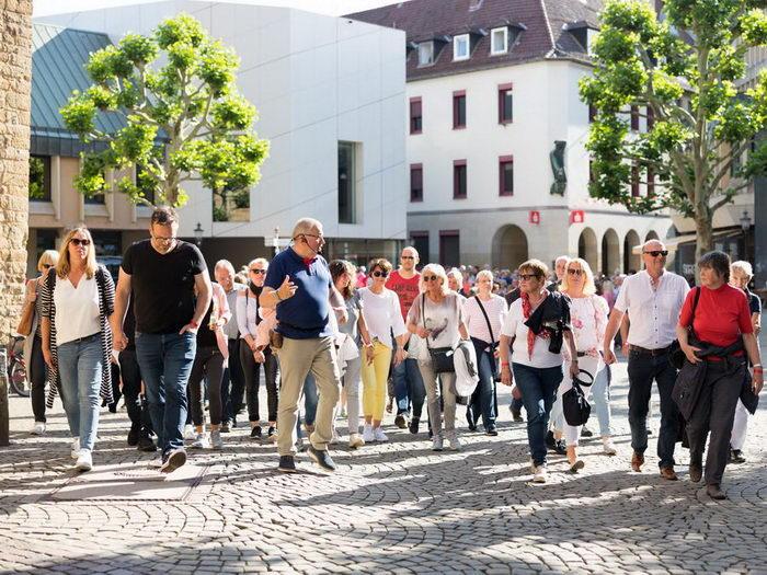 Hans-Jürgen Amtage nimmt seine Gäste mit auf eine Zeitreise in die jüngere Stadtentwicklungsgeschichte. Foto: Christian Schwier