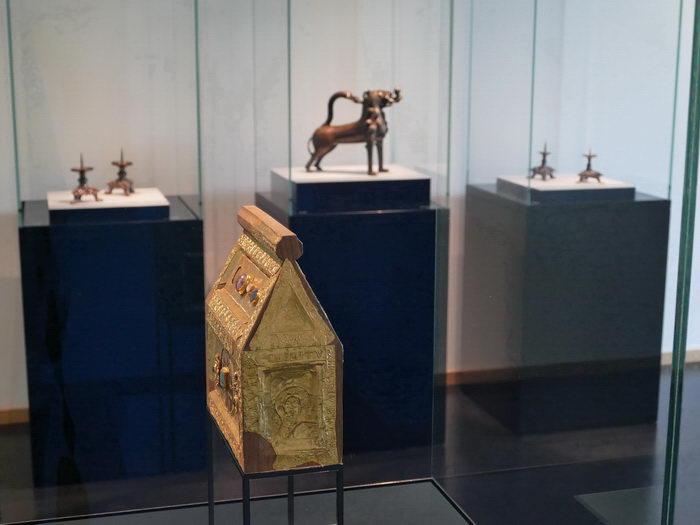 Der Domschatz Minden beherbergt eine der bedeutendsten Sammlungen christlicher Kunst in Deutschland. Darunter der Petrischrein (vorne) und der Gießlöwe (hinten), den Heinrich der Löwe 1168 mit nach Minden brachte. Foto: Amtage