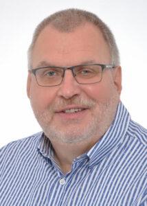 """Hans-Jürgen Amtage, Jahrgang 1958, ist Journalist, Kommunikationsberater und Gästeführer und betreibt das Büro für Öffentlichkeitsarbeit """"Amtage Kommunikation"""" in Minden. Zuvor war er unter anderem Leiter des RTL-Regionalstudios und Landtagskorrespondent in Hannover sowie stellvertretender Chefredakteur des Mindener Tageblattes und Redaktionsleiter des Vlothoer Anzeigers. Hans-Jürgen Amtage ist verheiratet, hat vier erwachsene Kinder, süße Enkelkinder und ist begeisterter Ehrenamtler. Er ist Vorsitzender des überkonfessionellen Fördervereins Dombau-Verein Minden, ehrenamtlicher Geschäftsführer des Museums """"Domschatz Minden"""" und engagierte sich viele Jahre lang in der Flüchtlingshilfe, wo er unter anderem eine syrische Familie betreute. Gemeinsam mit seiner Ehefrau Petra unterstützt er junge Menschen in Belarus."""