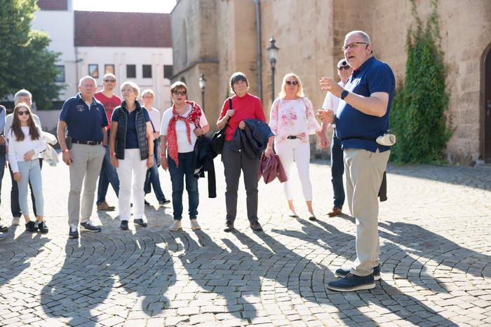 Hans-Jürgen Amtage nimmt seine Gäste mit auf eine Zeitreise in das Johannisquartier und die Fischerstadt. Foto: Christian Schwier